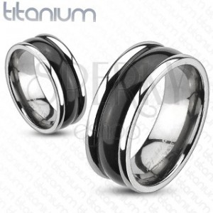 Titanový prsten s vyvýšenými okraji a oblým černým středem