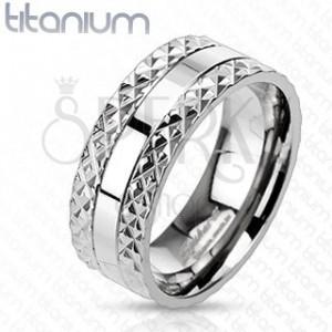 Titanový prsten s vyřezávaným vzorem po stranách