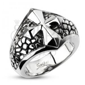 Mohutnější ocelový prsten - kříž na podkladu se vzorem prasklin