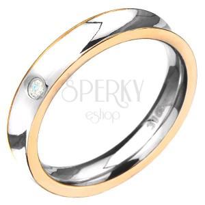 Ocelový prsten - prohloubený se zlatou barvou po stranách, čirý zirkon