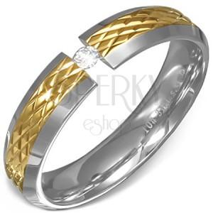 Prsten z oceli - zlatý vroubkovaný pás, stříbrné okraje a čirý kámen
